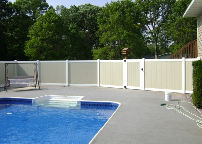 Vinyl Privacy Fence w/ Alternating Colors
